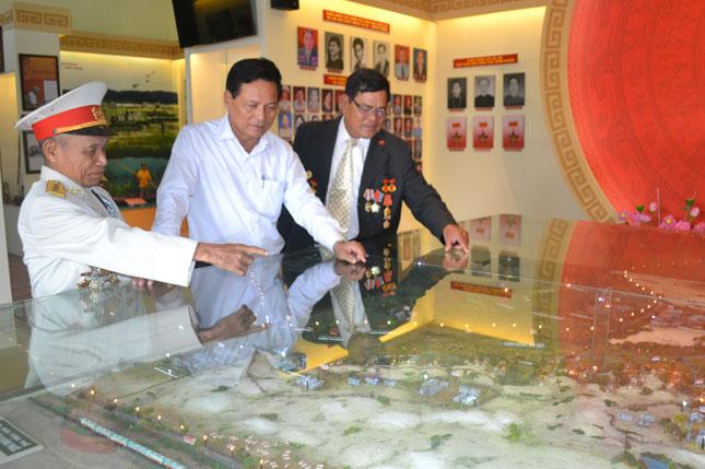 Những nhân chứng lịch sử tìm hiểu mô hình sơ đồ chiến thuật trưng bày tại Khu di tích lịch sử cách mạng B1 Hồng Phước.